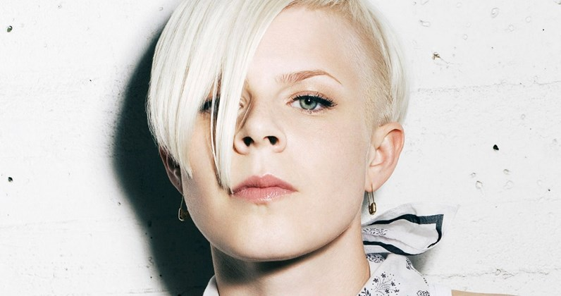 Official Charts Pop Gem #54: Robyn – Dancing On My Own
