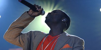 Official Chart Flashback 2005: Akon - Lonely