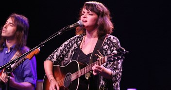 Norah Jones keeps it simple but stunning as she dedicates a song to Leonard Cohen at London gig - review