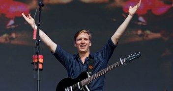 George Ezra keeps Irish Singles Chart Number 1 for sixth week